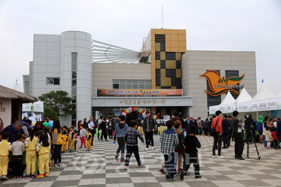 ▲ 서천군 조류생태전시관 앞 광장 체험부스에 관광객들이 붐비고 있다.