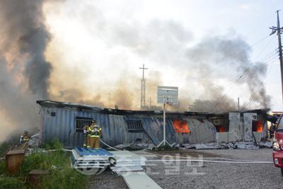 ▲화재를 진압하는 서산소방서 소방대원들의 모습.