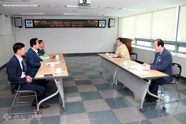 ▲ 한국해양구조협회 창원지부 임원진을 만나 격려하고 소통하기 위한 간담회 자리를 가졌다.<사진=진해구청><br />