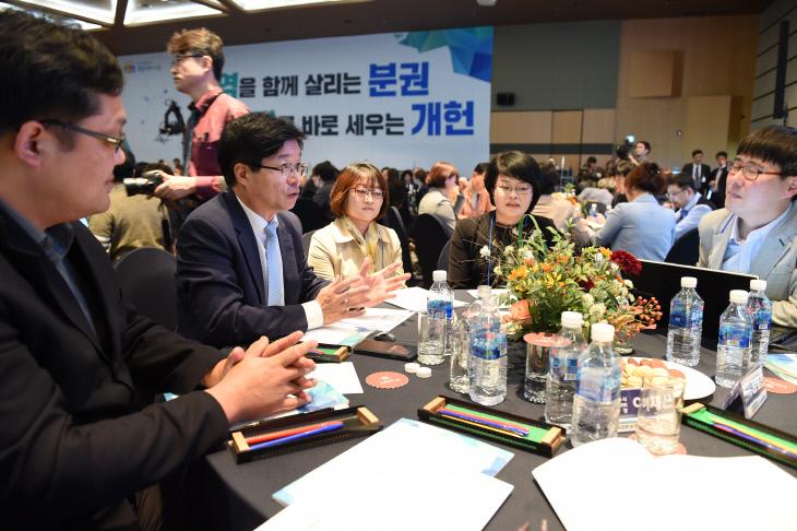 500인 원탁토론회에서 시민들과 이야기하는 염태영 수원시장