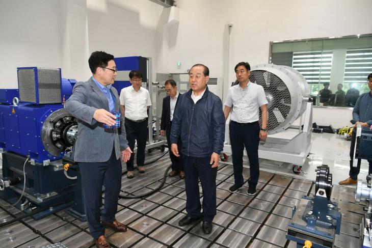 황 군수 자동차부품 R&D 지원센터를 방문