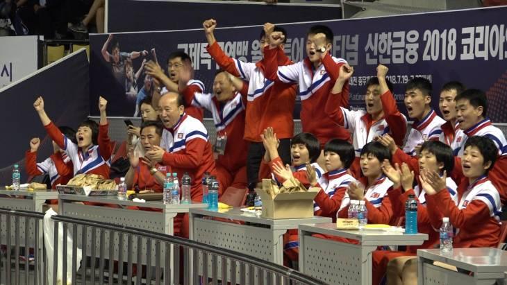 기렇티 동무들! 남북탁구단일팀 경기에 각양각색 반응 보이는 북측 선수단