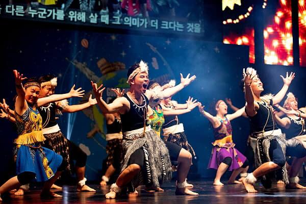 세계문화페스티벌 중 아프리카댄스공연을 하고 있다.