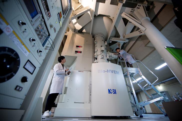 바이오 초고전압투과전자현미경 (Bio-HVEM)