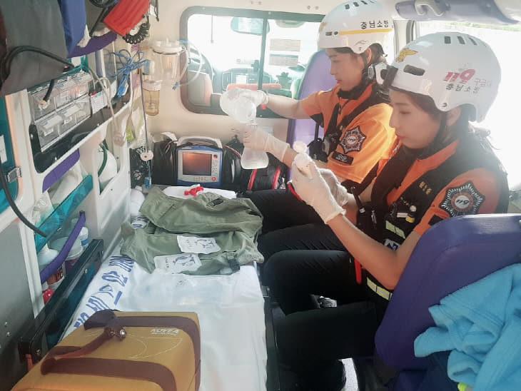 사본 -119구급대원이 체온관리장비를 점검하고있다.