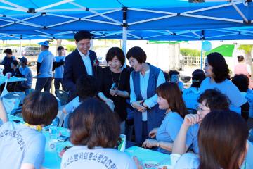 아산시의회 김영애의장이 여성의용소방대원들을 격려하고 있다.
