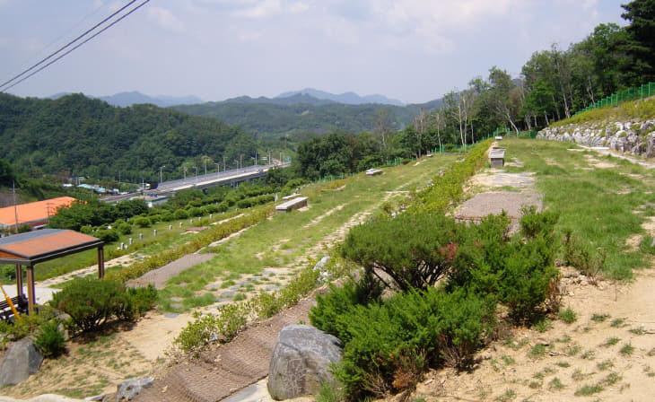 사진 1-2(옥천 공설장사시설 묘지 내 자연장지 조성)