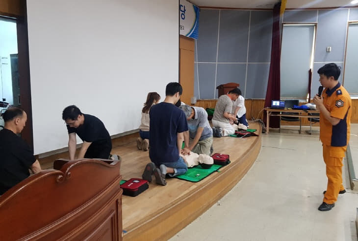 천안서북소방서, 신당고 교직원 대상 심폐소생술 교육 모습