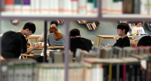 20190618-대학 도서관 학생들 가득1