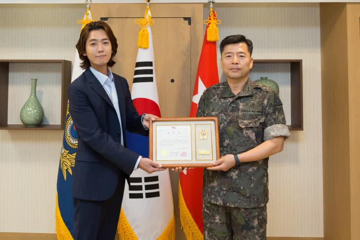 배우 정경호가 지상군페스티벌 홍보대사로 위촉장을 받았다