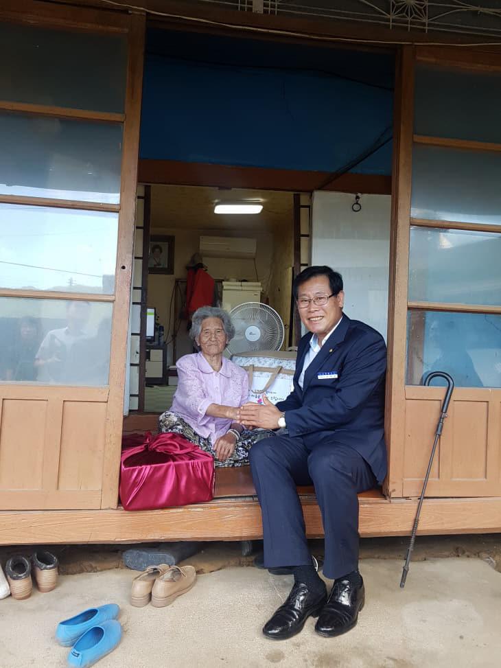 독립유공자 유족 허옥년 님 자택을 방문한 김재종 군수