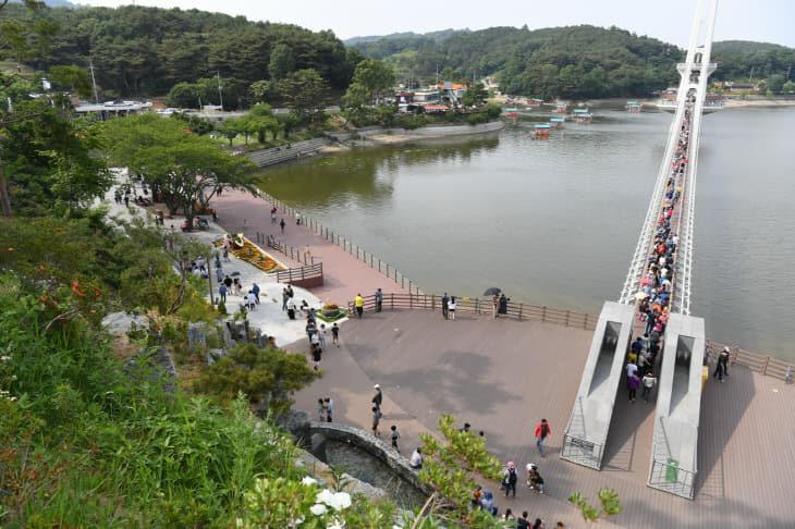 예당호 출렁다리 방문객 200만 돌파01