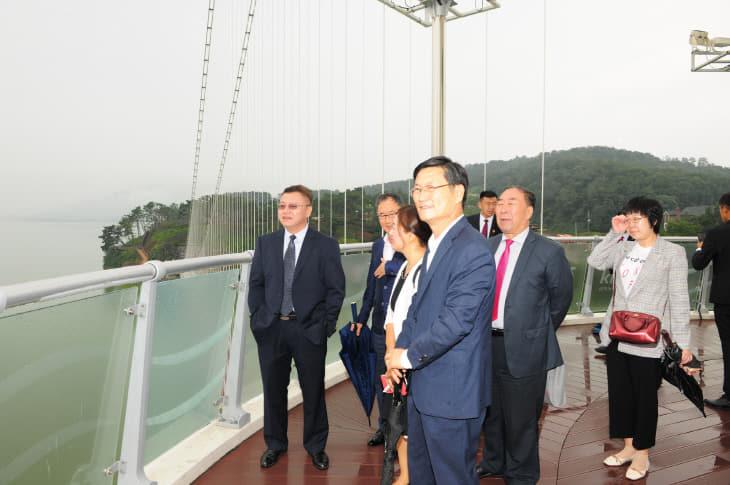 중국지린성 농업대표단 출렁다리 방문02