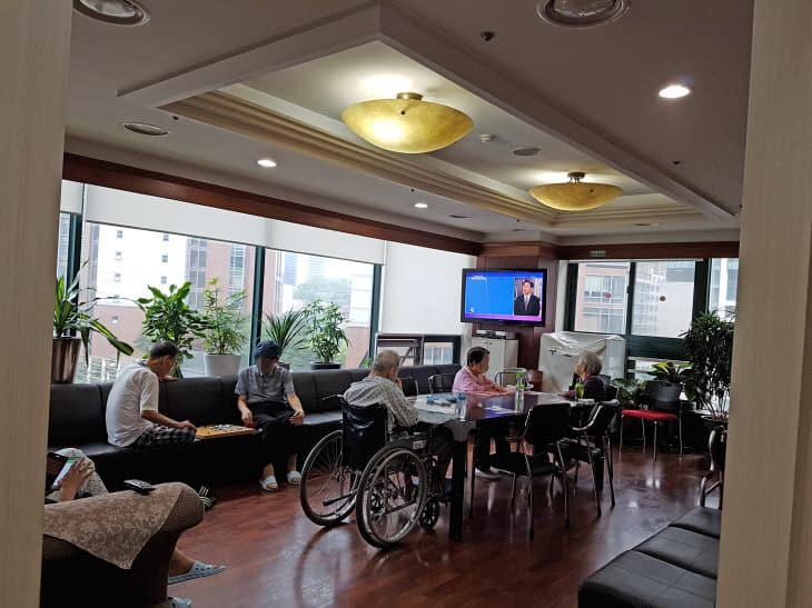 노인복지과-성남시내 한 노인장기요양시설 프로그램실