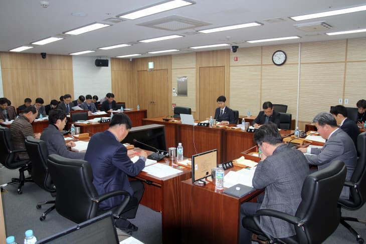 세종시의회 산업건설위원회 회의 장면