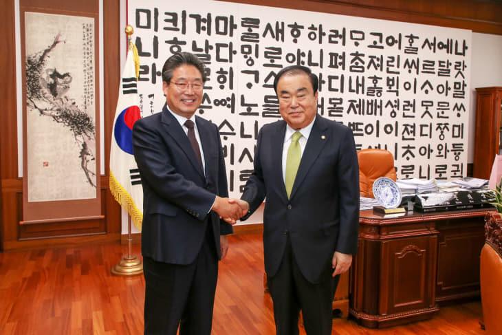 사본 -김홍장 시장(오른쪽) 문희상 국회의장(왼쪽) 면담 (1)