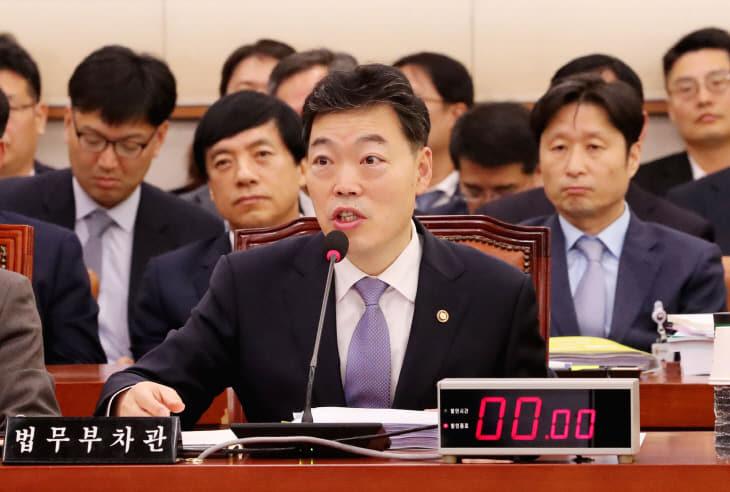 답변하는 김오수 법무부 차관<YONHAP NO-2755>