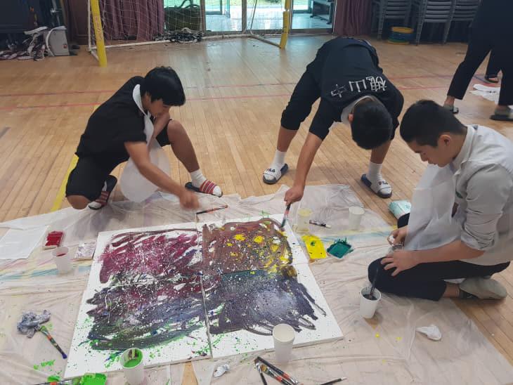 홍익대 진로체험버스 미술수업에 참가한 학생들
