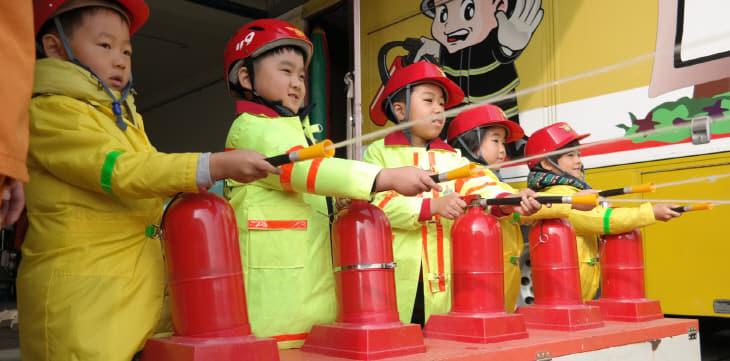 어린이들이 물소화기 체험을 하고 있는 모습