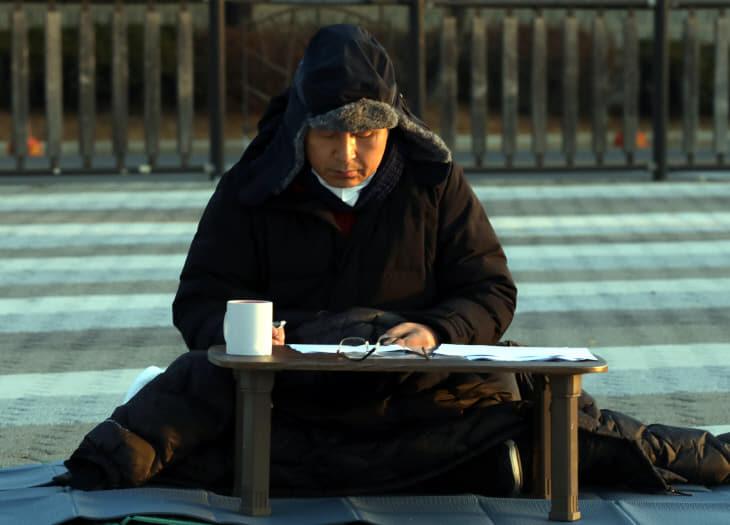 청와대 앞에서 단식하는 황교안 대표<YONHAP NO-2464>