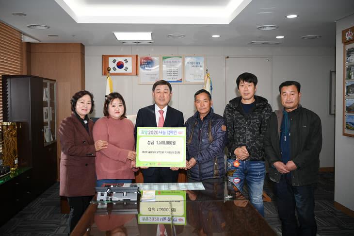 농산물 직거래장터 참여 농가들이 황선봉군수에  성금을 기탁