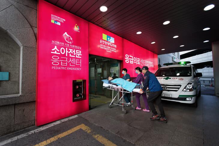 순천향대천안병원 응급의료센터에 환자를 이송하는 모습