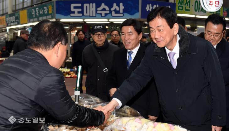20200122-중앙시장 방문한 진영 장관2