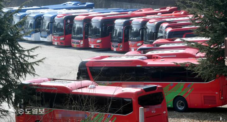 20200220-주차장에 세워진 관광버스
