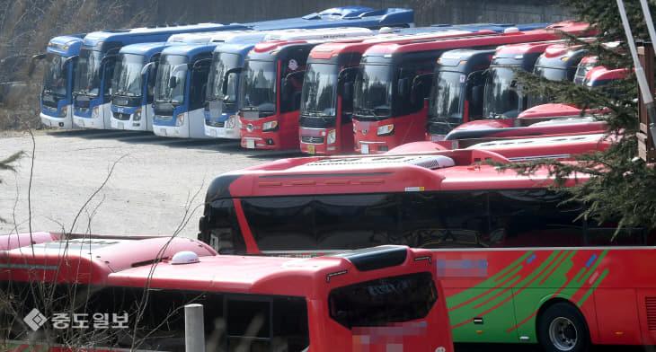 20200220-주차장에 세워진 관광버스1