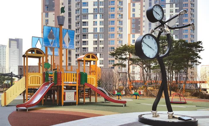 어반힐스-놀이터와시계탑