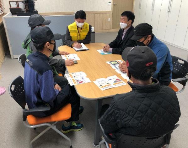 보도1)농산업인력지원센터 상담 사진