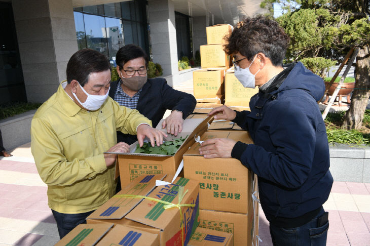 보도자료01_황선봉 군수가 학교급식용 농산물을 살펴보는 모습