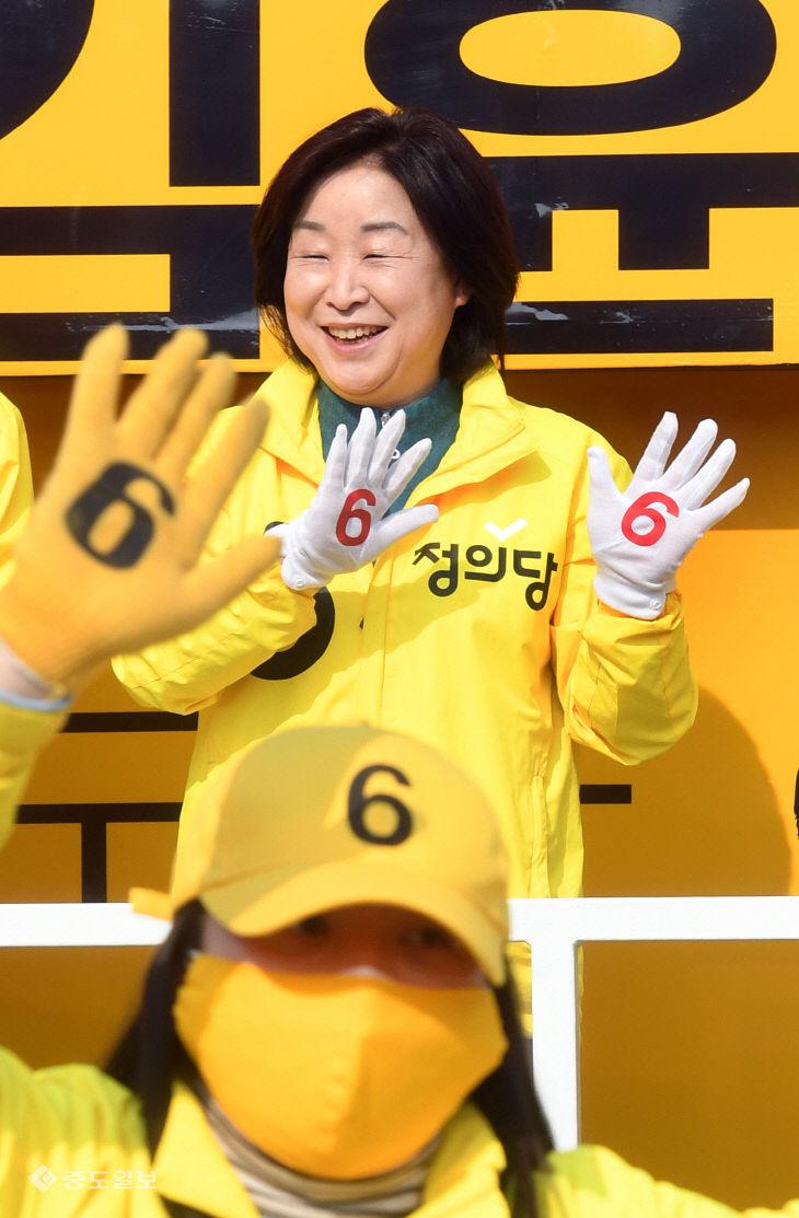 선거운동원과 같이 율동하는 심상정 대표