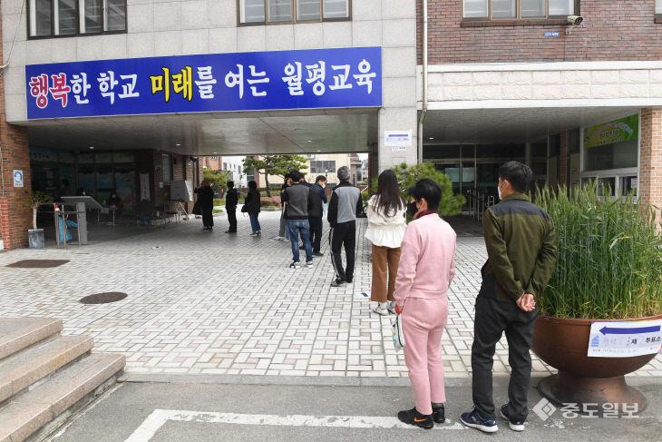 사회적 거리두기가 만든 긴 투표 행렬