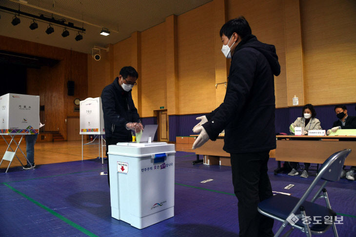 투포지는 여기에 넣으시면 됩니다! 투표하는 대전 시민들