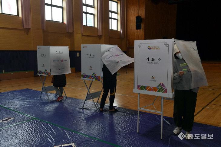 대전 월평 제1투표소에서 투표하는 대전시민들
