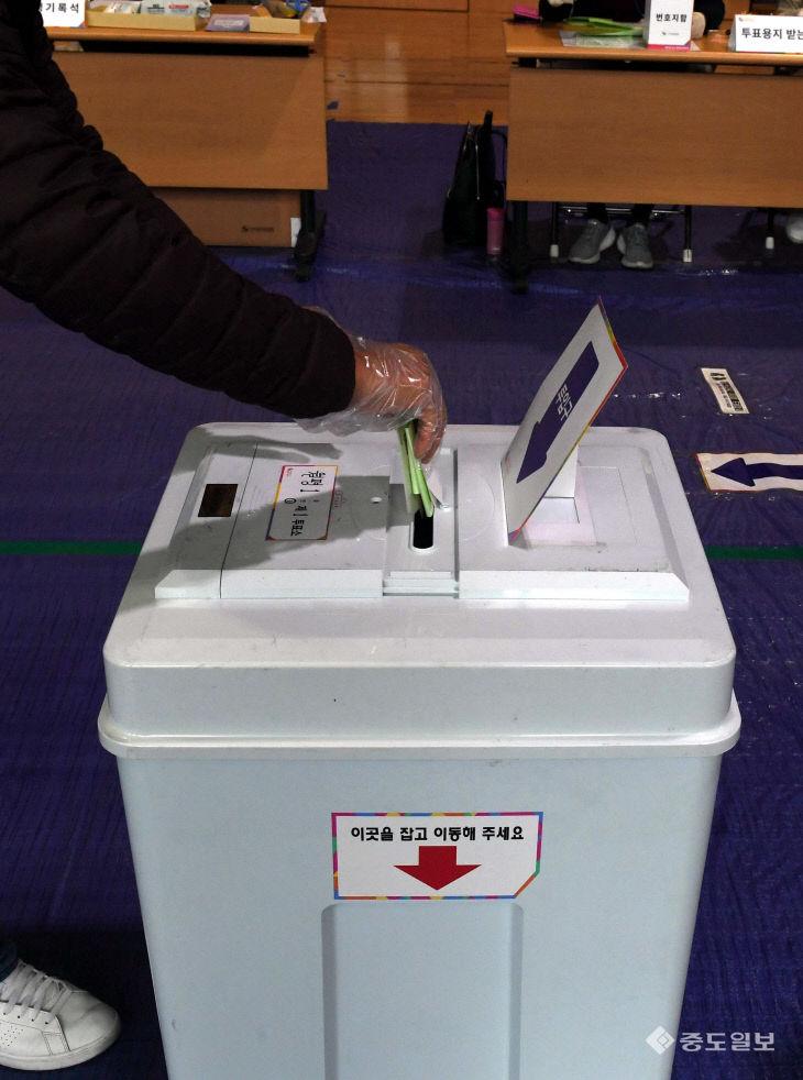 비닐장갑 낀 손으로 투표함에