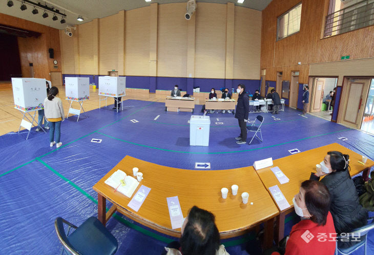 선거사무원들의 참관 속에 진행되는 21대 총선 투표현장