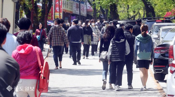 징검다리 연휴 시작…계룡산 찾은 나들이객