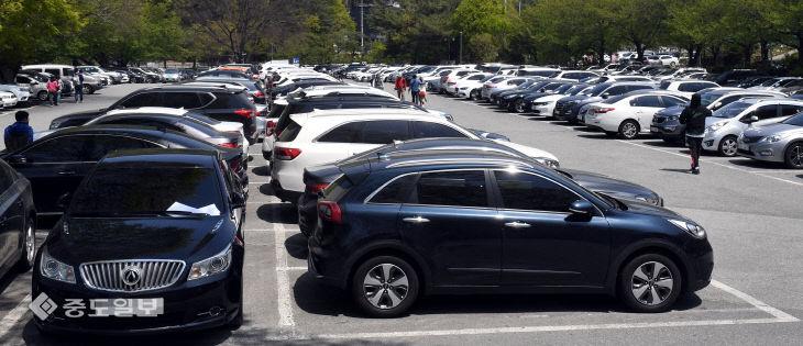 나들이객 차량들로 가득한 계룡산국립공원 주차장