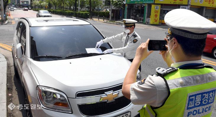스쿨존 불법 주·정차 차량에 대해 단속 벌이는 경찰관
