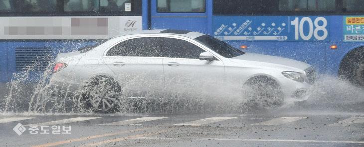 물보라 일으키는 자동차