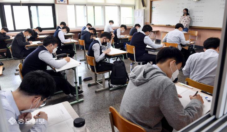 등교 후 첫 전국연합학력평가 치르는 고3