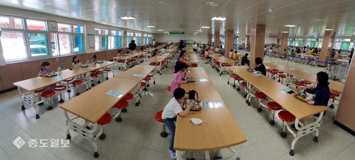 거리두기 하며 점심 먹어요, 둔산초등학교의 점심시간
