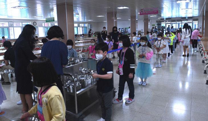초등학교 등교 첫 날 점심시간, 거리두기로 식사하는 초등학생들