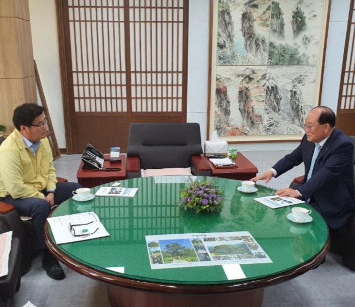 보도1)류한우 단양군수와 최명서 영월군수 업무협의 사진2