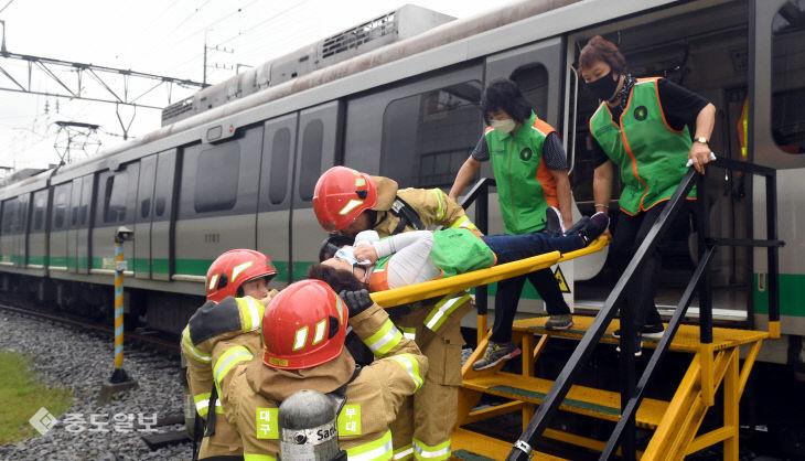 도시철도 대형사고 재난대응 훈련, '부상자를 이송하라'