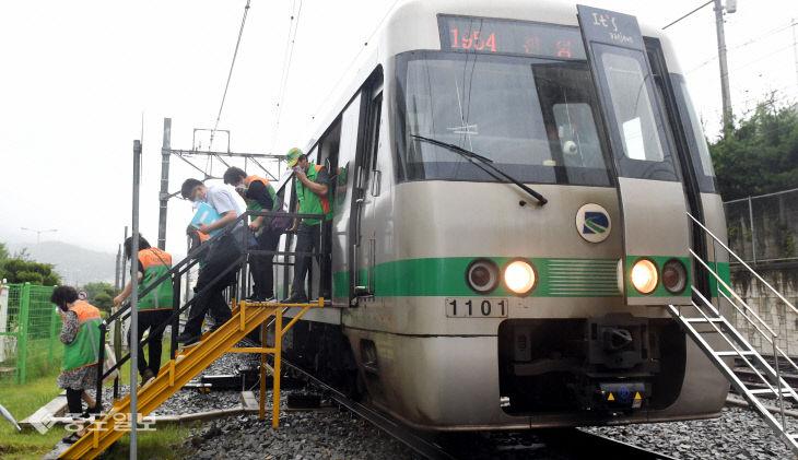 가상의 테러 상황에 신속히 대피하는 도시철도 승객들