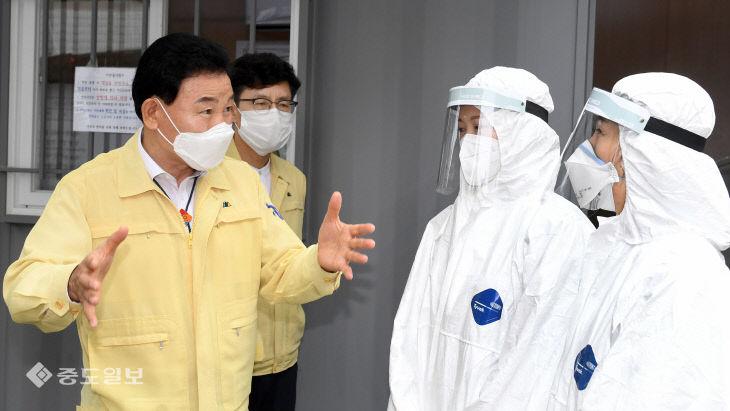 민선7기 후반기 첫 날 맞아 선별진료소 찾은 박용갑 대전 중구청장