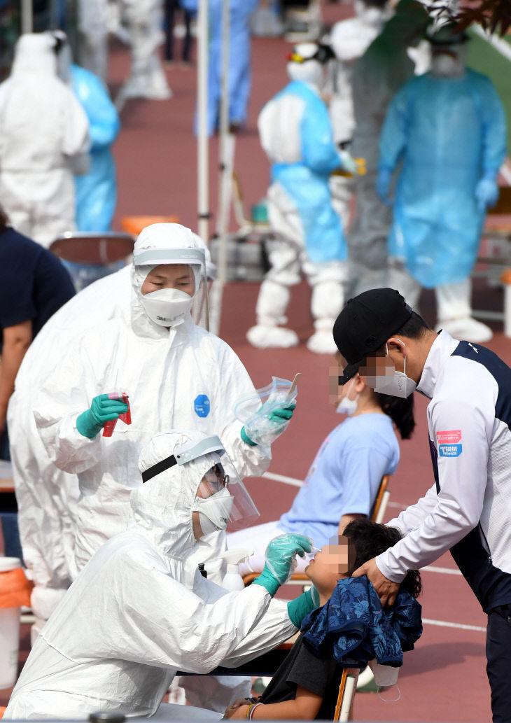 코로나19 검사 받는 대전 천동초 학생들